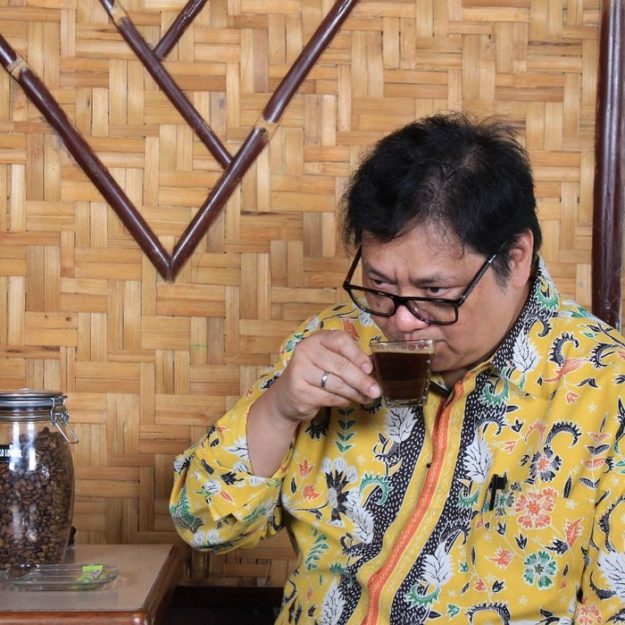 Lahir di Surabaya, Airlangga Hartarto aktif sebagai politisi. Ia kini aktif sebagai Ketua Umum Golkar, dan juga Menteri Perindustrian. Disela-sela kesibukannya, politisi yang satu ini juga gemar ngopi. Foto: Instagram @airlanggahartarto4.0