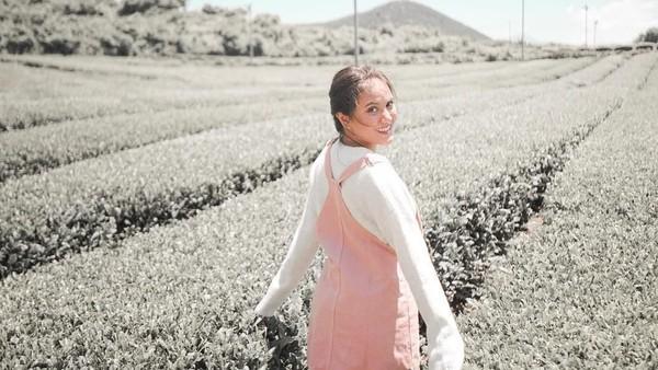 Di Korea Selatan, Marsha juga menyempatkan liburan ke kebun teh yang terdapat di Jeju (@aruanmarsha/Instagram)