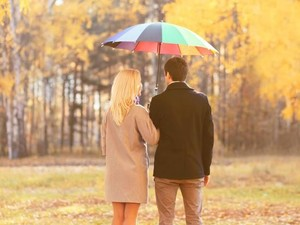 Bak Kisah Drama, Pria Pasang Iklan Cari Wanita Baik yang Pinjami Payung