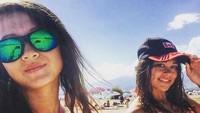 Tak cuma sendiri, Adel juga selfie bersama temannya. (Instagram/@adelinaakhmetova)
