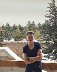 Adelina juga suka berwisata alam. Ini saat gadis cantik ini jalan-jalan di Issyk Kul Lake, Kirgistan. (Instagram/@adelinaakhmetova)