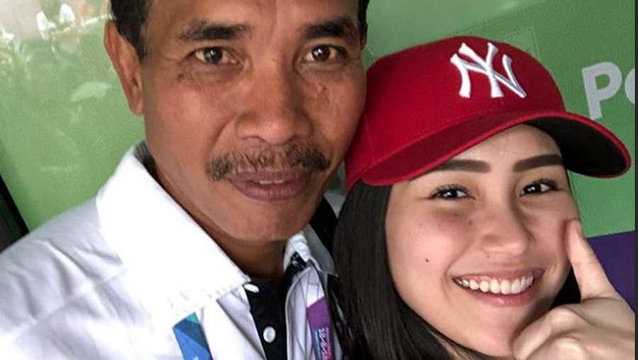 Dear Syahrini, Ayu Ting Ting Nonton dan Foto Bareng Tim Voli Lho!