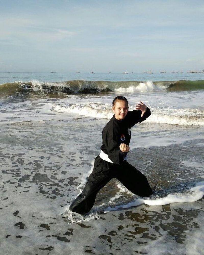 Wewey Wita adalah atlet dari Ciamis Jawa Barat. Bergaya silat di Pelabuhanratu, Sukabumi oke juga nih (w2y_wita/Instagram)