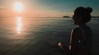 Ini saat Marsha liburan ke Pantai Ngurtavur di Kepulauan Kei, Maluku (@aruanmarsha/Instagram)