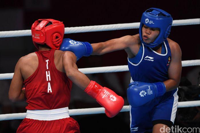 Huswatun Hasanah kalah di semifinal tinju putri dan meraih perunggu Asian Games 2018. Pencapaiannya itu sudah mengukir sebuah rekor baru buat Indonesia.