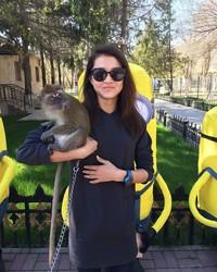 Gaya Adelina saat menggendong seekor monyet di Shymkent Zoo. Sukses terus, Adelina! (Instagram/@adelinaakhmetova)