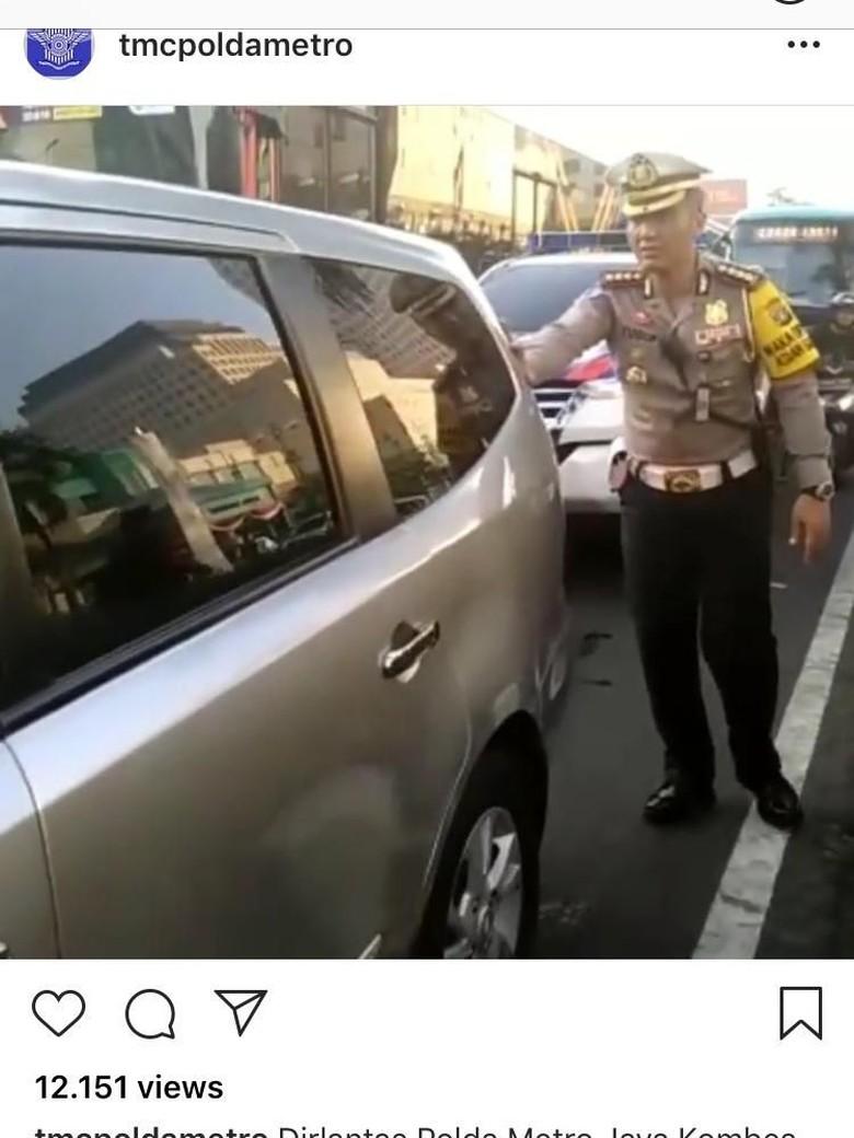 Saat Dirlantas Polda Metro Jaya Dorong Mobil Mogok di Senayan