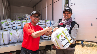 HR Director Kraft Heinz ABC Indonesia Dudi Arisandi menyerahkan bantuan berupa produk makanan dan minuman ABC kepada Direktur Aksi Cepat Tanggap Mukhti. (Foto: dok Kraft Heinz ABC)