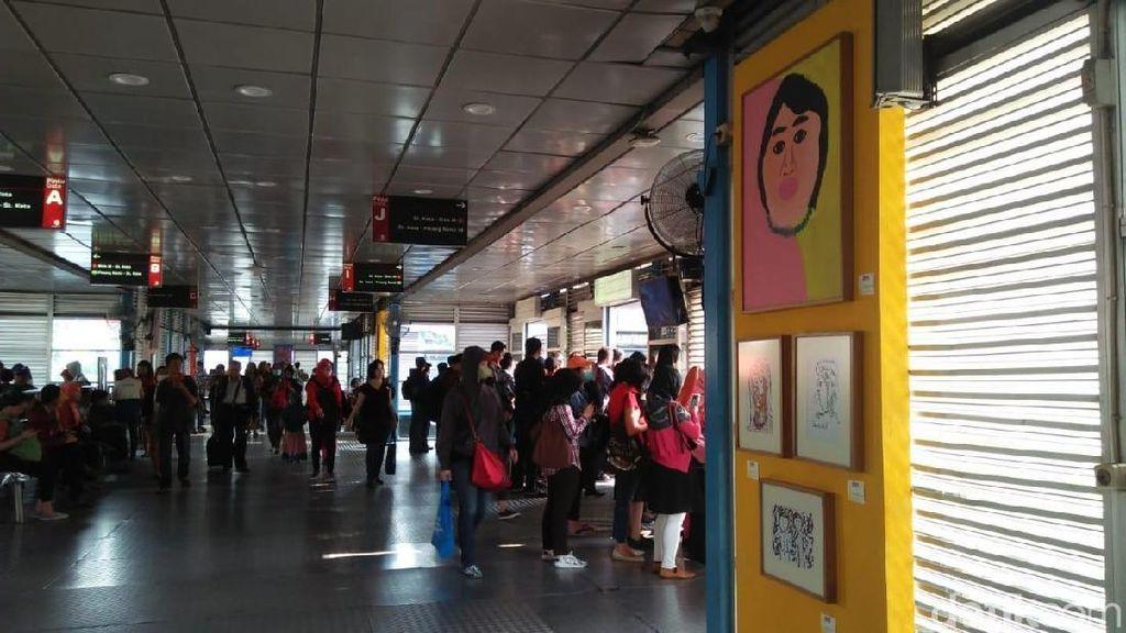 Tak Biasa, 35 Lukisan Dipajang di Halte Transjakarta Harmoni