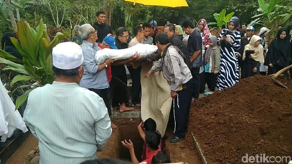Momen Haru Pemakaman Mahasiswi Bandung Korban Begal
