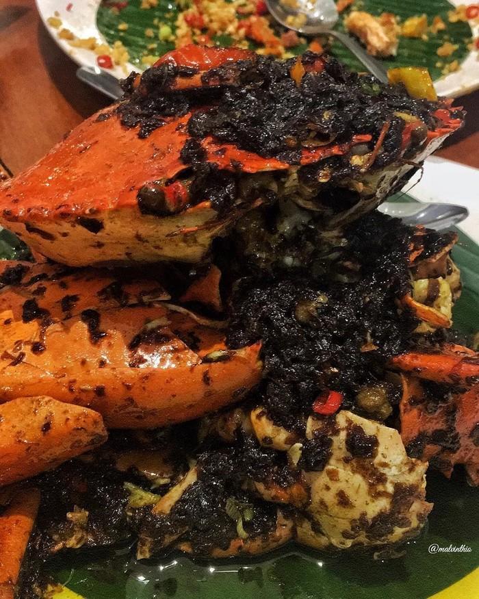 Yakin nggak tergoda dengan kepiting asap yang ini? Bumbu hitam yang gurih pedas ini enak banget dimakan bersama daging kepitingnya. Foto : instagram @malvinthio