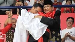 Pesilat Hanifan Yudani disebut sebagai pemersatu bangsa karena berhasil memeluk Jokowi dan Prabowo dan memberikan medali emas bagi Indonesia.