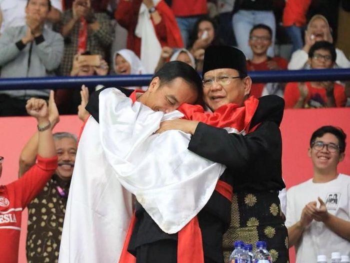 Momen pelukan Presiden Joko Widodo-Hanifan Yudani Kusumah-Prabowo Subianto. (Foto: Instagram/hanifan_yk)