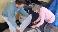 Wow! Nenek Ini Berani Tangkap Ular Piton dari  Panggangan BBQ