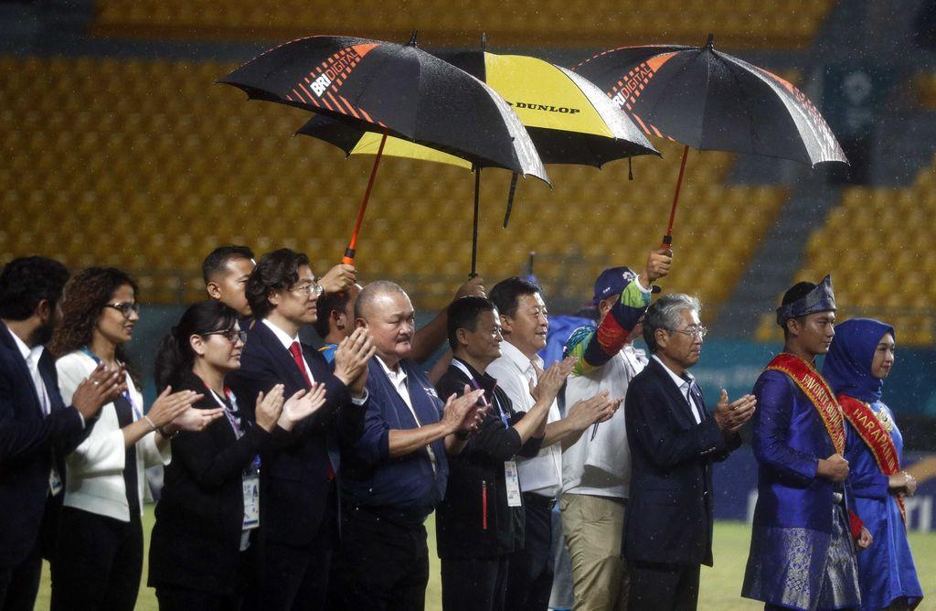 Jack Ma berkunjung ke stadion Gelora Sriwijaya untuk menyaksikan partai final sepak bola putri Asian Games antara Jepang melawan China. Foto: Edgar Su/REUTERS