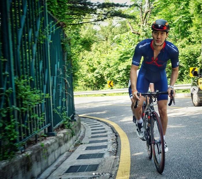 Saat Siwon menggowes sepeda, baginya olahraga adalah cara untuk menyeimbangkan kesehatan fisik dan mental. (Foto: Instagram/siwonchoi)