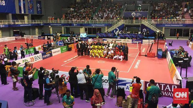 Sesi foto bersama jelang laga final sepak takraw quadrant putra Indonesia vs Jepang, Sabtu (1/8).