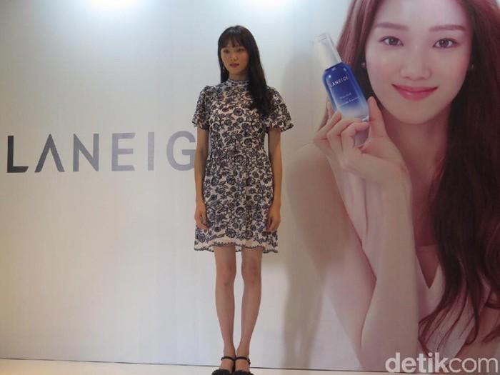 Lee Sung Kyung tampil memukau di peluncuran Laneige Water Bank Moisture Essence, di Ritz-Carlton Jakarta.Foto: Anggi/Wolipop
