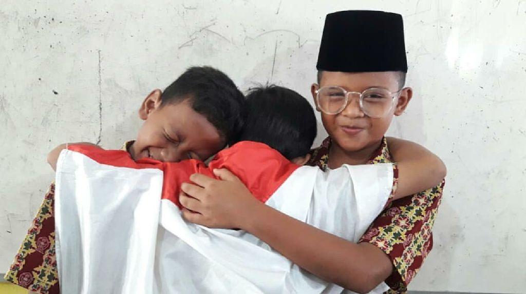 Potret Lucu Anak-anak Tiru Pose Jokowi dan Prabowo Berpelukan