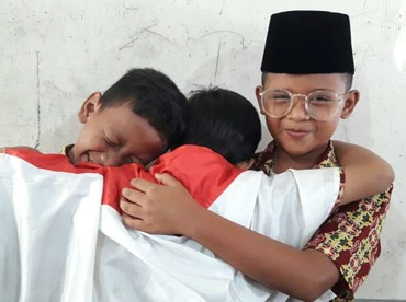 Ridwan Kamil bekerja sama dengan clothing brand dan menyediakan hadiah Rp 500 ribu sampai Rp 2 juta. Gimana pose tiga anak ini, Bun? Mirip nggak? (Foto: Instagram/ibuuukkk)