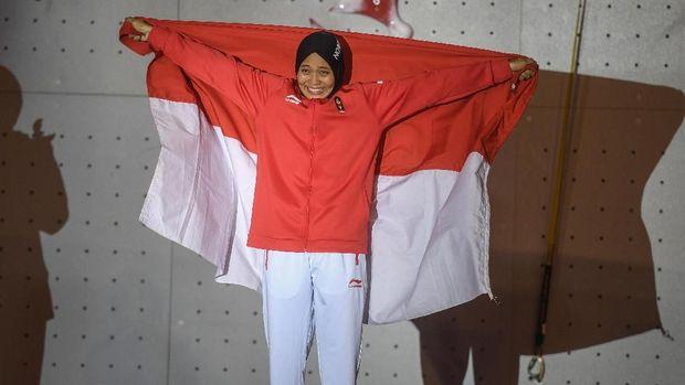 Aries Susanti Rahayu memecahkan rekor dunia panjat tebing.