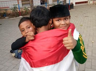 Jadi, mana foto anak menirukan pose Jokowi dan Prabowo berpelukan favorit Bunda? (Foto: Instagram/alam_alhafidz)
