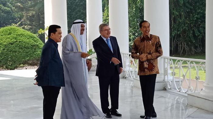 Presiden Jokowi menyambut Presiden IOC dan OCA. (Niken Purnamasari/detikSport).
