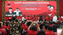 Video: Sambangi PDIP, Jokowi Diberi Jaket Milenial oleh Megawati