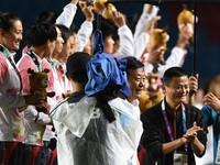 Executive Chairman Alibaba Group Jack Ma (kanan) bertepuk tangan usai memberi boneka maskot Asian Games 2018 pada tim sepak bola wanita Cina saat acara pemberian medali sepak bola wanita Asian Games 2018 di Stadion Gelora Sriwijaya Jakabaring, Palembang, Sumatera Selatan, Jumat (31/8). Jepang merah medali emas disusul Cina dengan  perak dan Korea Selatan medali perunggu. ANTARA FOTO/INASGOC/Zabur Karuru/nz/18