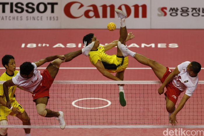 Dua pemain Indonesia berusaha memblok tendangan Toshitaka Naito (tengah). ANTARA FOTO/INASGOC/Ferdy Siregar.