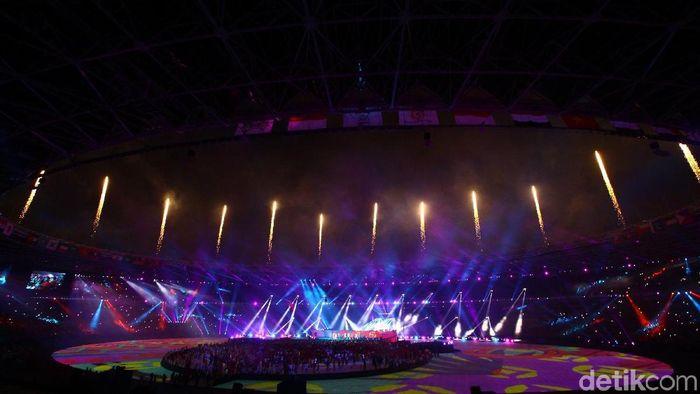 GBK sebagai venue penutupan Asian Games 2018 tampil beda malam ini. Tata cahaya dan lampu warn-warni semakin membuat suguhan visual yang dramatis dan indah.