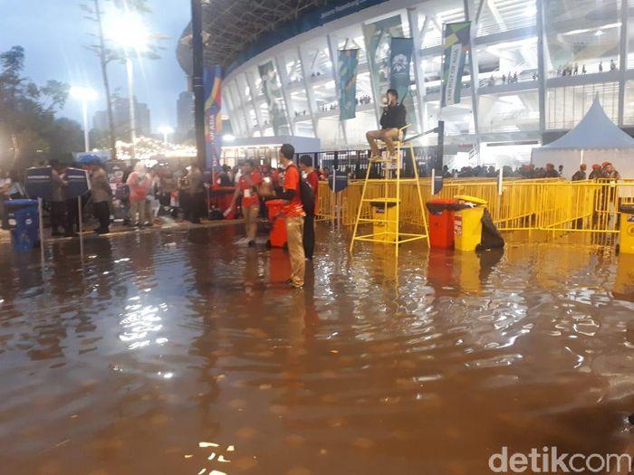 Penampakan genangan air yang terjadi usai diguyur hujan deras di kawasan GBK, Jakarta, Minggu (2/9/2018).