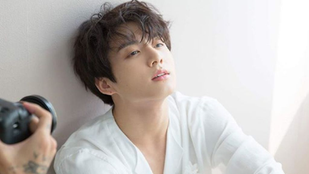 Tips Tampil Manly Cute ala Bintang K-Pop Jungkook BTS