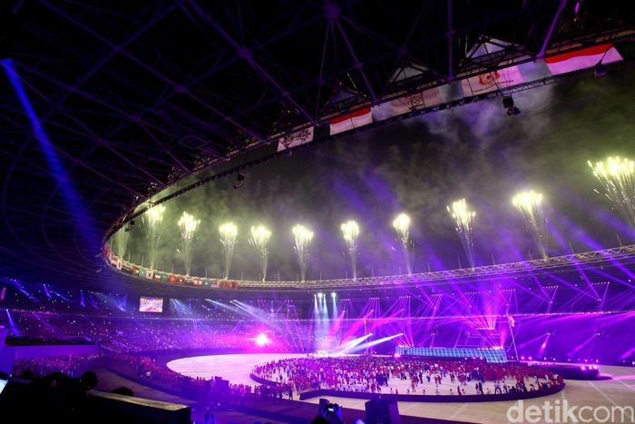 Penampakan GBK yang bermandikan cahaya di malam penutupan Asian Games 2018.