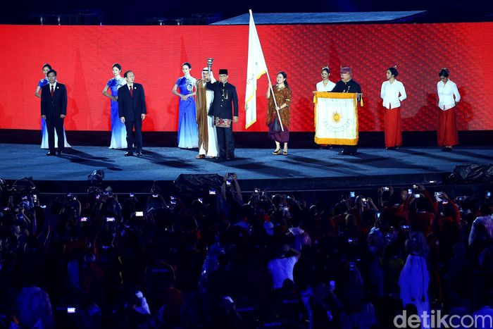 Gubernur DKI Jakarta Anies Baswedan mengembalikan obor Asian Games 2018 kepada Presiden OCA Ahmed Al-Fahad dan diserahkan ke tuan rumah selanjutnya, Hangzhou.