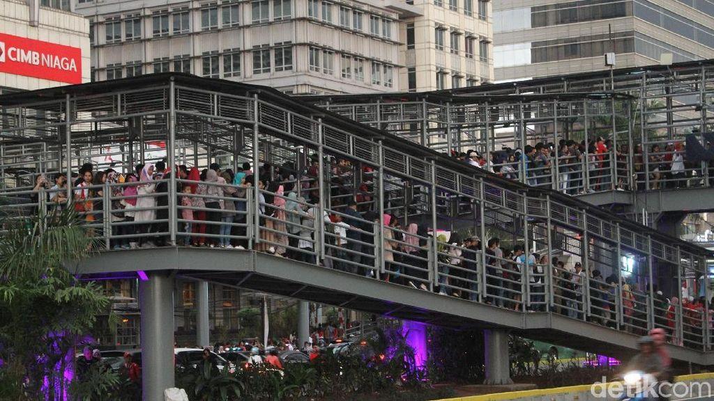 Hujan Lagi, Penonton Penutupan Asian Games Berteduh di JPO