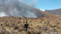 Petugas Terkendala Memadamkan Kebakaran di Bukit Bromo