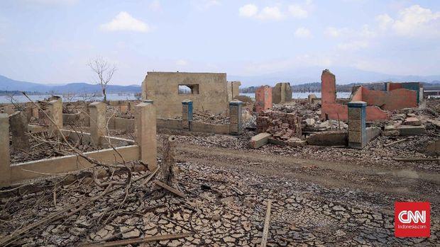 Puing-puing bangunan dan tanah yang merekah saat waduk Jatigede mengering.