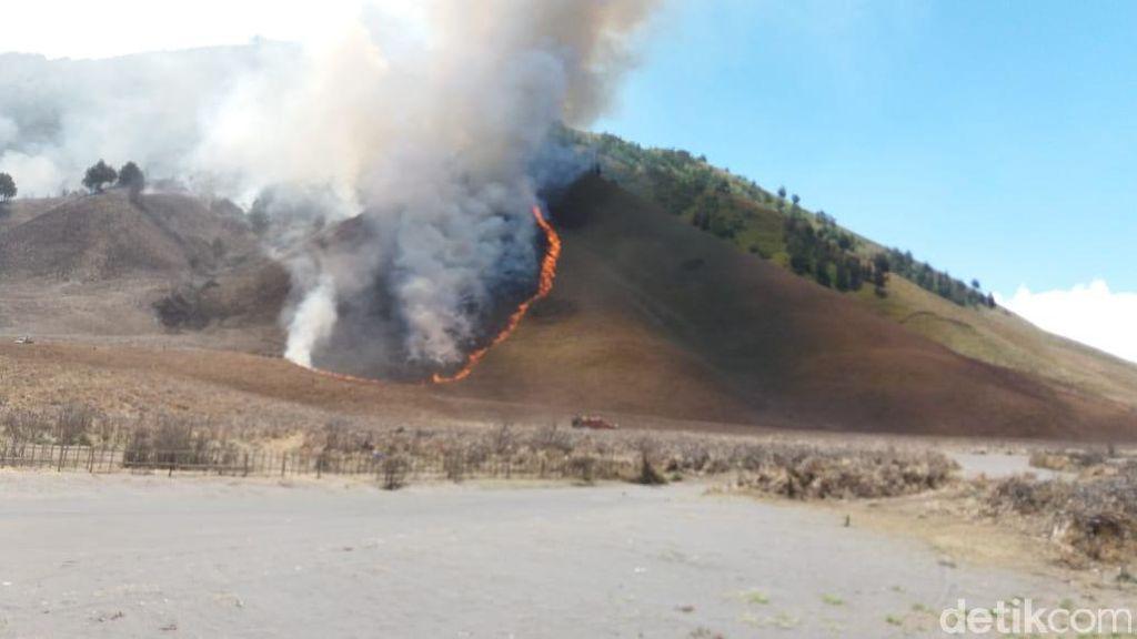 Hingga Pagi Ini, Api Masih Terlihat di Gunung Bromo
