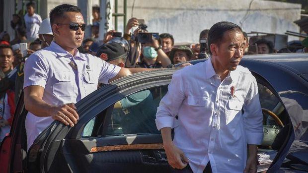 Presiden Joko Widodo (kanan) tiba untuk memberikan bantuan korban gempa secara simbolis di Desa Pemenang Barat, Kecamatan Pemenang, Tanjung, Lombok Utara, NTB, Minggu (2/9).