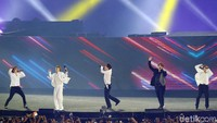 Meski hanya membawakan tiga lagu aksi Super Junior cukup membuat para atlet terpukau.