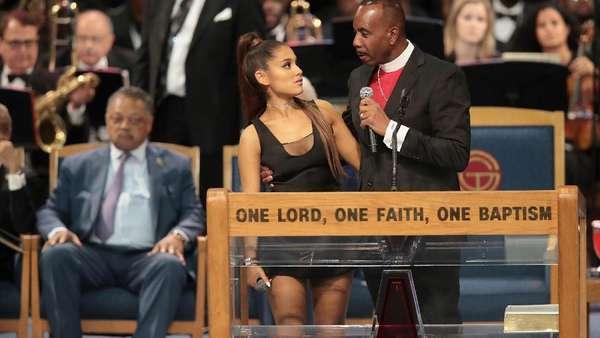 Seperti Ini Posisi Tangan Pastur yang Dinilai Lecehkan Ariana Grande