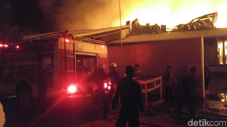 Pabrik Popok Terbakar di Semarang, Belasan Mobil Damkar Diterjunkan