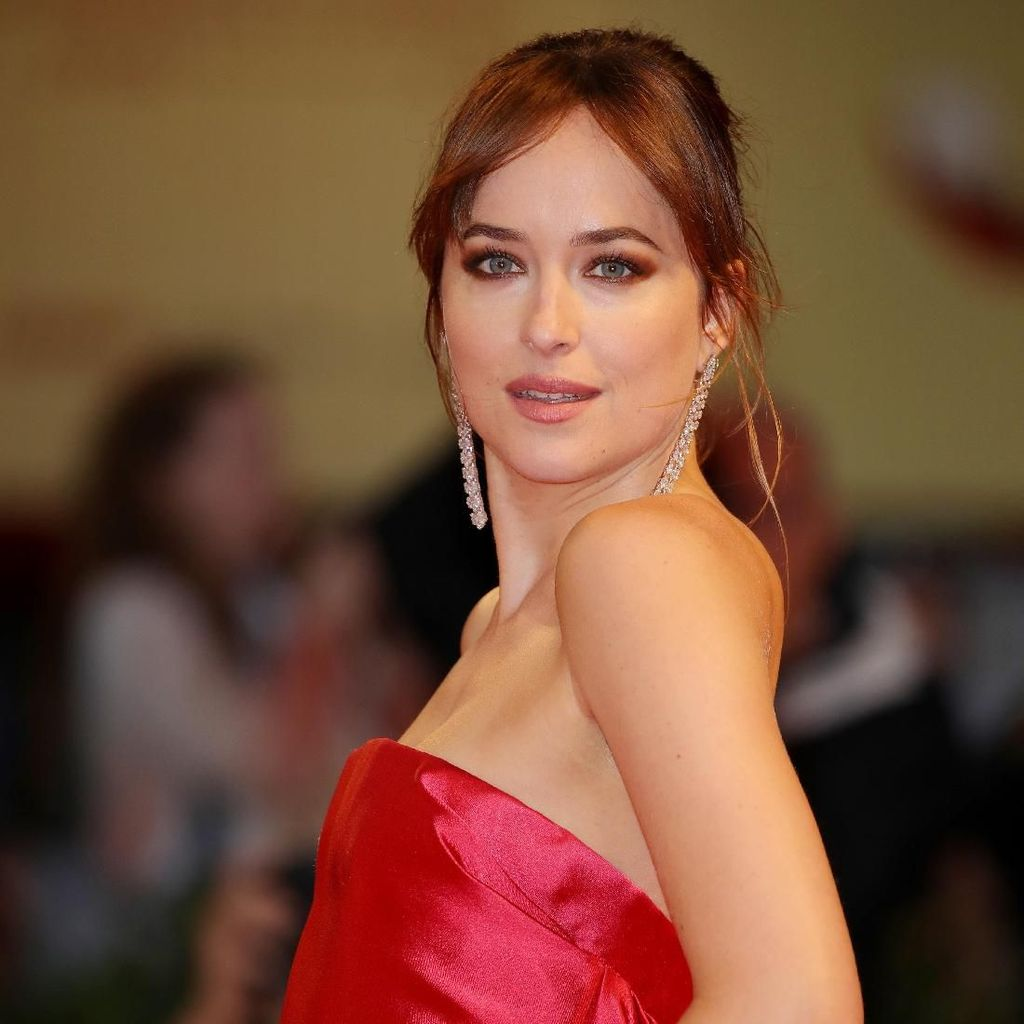 Susul Gwyneth, Chris Martin Siap Nikahi Dakota Johnson