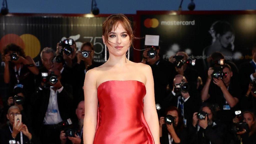 Tak Siap Punya Anak, Dakota Johnson Pilih Putus dari Chris Martin