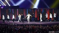Mungkin tidak hanya para atlet karisma Super Junior buat seluruh penonton yang menyaksikan Penutupan Asian Games 2018 terkesima.