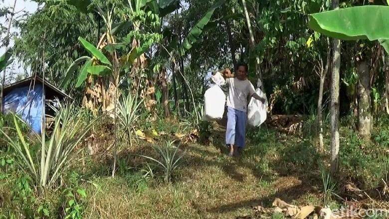 Ramai-ramai Warga Bantu Keluarga Dasirin Pindah dari Kandang Kerbau