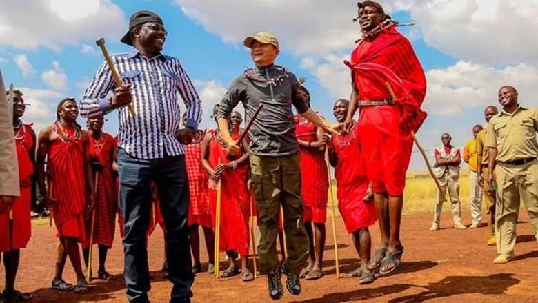 Jack Ma bersama Suku Maasai di Kenya (Reuters)