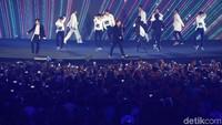 Selesai membawakan lagu pertama, meski bercucuran keringat, aksi Super Junior membawakan Mr. Simple dan Bonamana tetap semangat. Bahkan sorak penonton makin meriah ketika Bonamana menutup tampilan Super Junior.