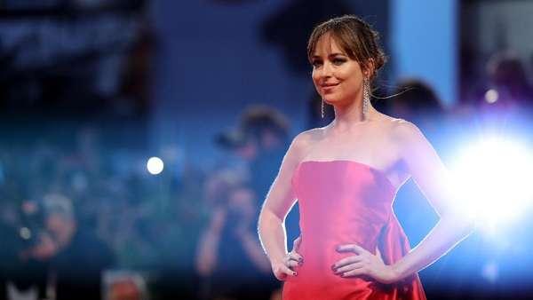 Seksi Bergaun Merah, Dakota Johnson Pamer Punggung